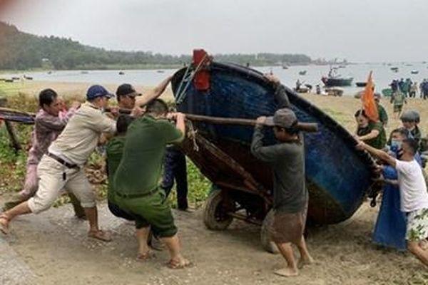 Các tỉnh, thành miền Trung khẩn cấp ứng phó với bão số 9