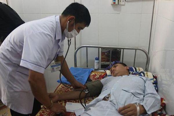 Lật xe chở 10 người đoàn cứu trợ vùng lũ Quảng Bình, 1 người bị thương
