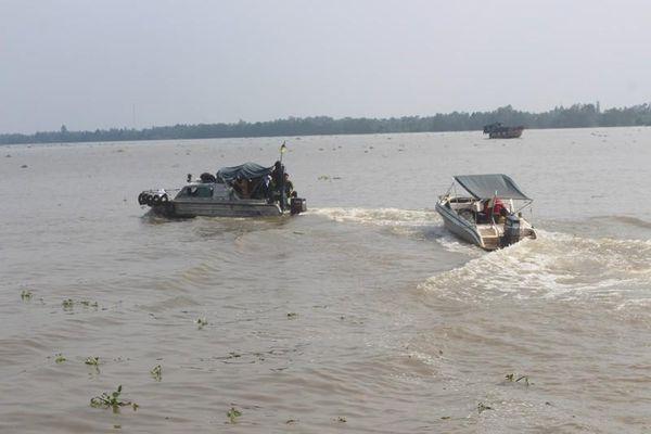 Đường dây hút trộm cát sông: Khởi tố 10 bị can
