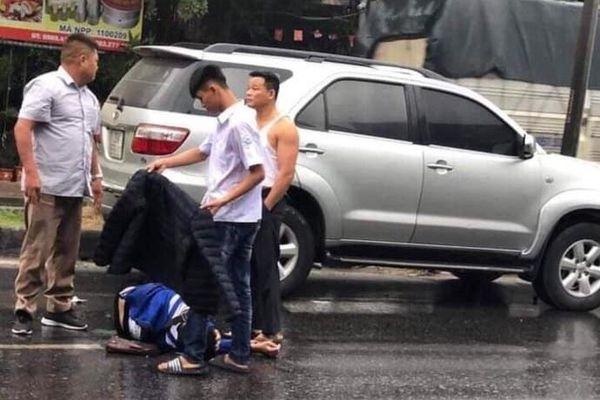 Nam sinh Hưng Yên cởi áo, che mưa cho người bị tai nạn giao thông