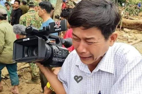 Xót xa hình ảnh phóng viên bật khóc khi thi thể của một cháu bé được tìm thấy ở vụ sạt lở đất tại Trà Leng