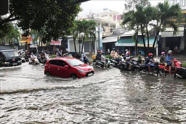 Sáng đầu tuần, người dân thành phố Bạc Liêu 'bì bõm' trong nước