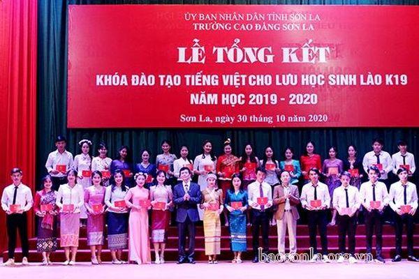 Trường Cao đẳng Sơn La trao chứng chỉ tiếng Việt cho 184 lưu học sinh Lào