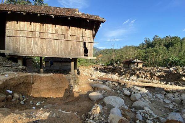 Sạt lở núi vùi làng