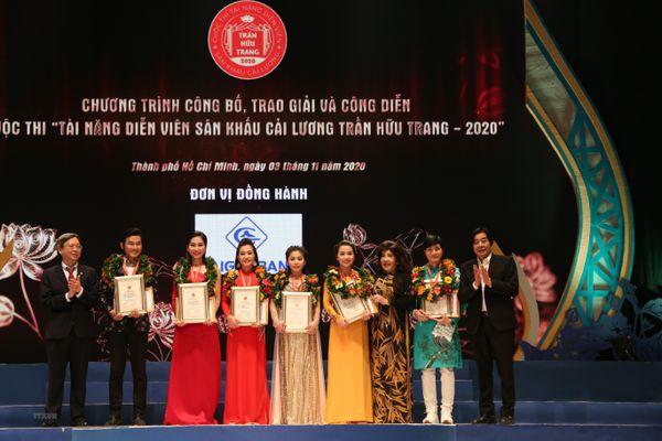 Trao huy chương cho các tài năng của sân khấu cải lương Trần Hữu Trang