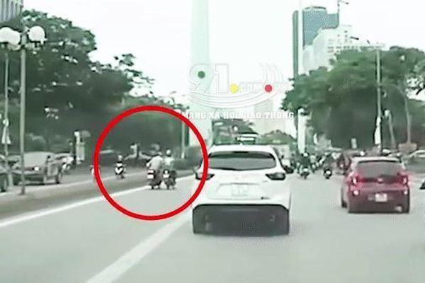 Clip: Hai xe máy va chạm trong làn BRT rồi đâm mạnh vào lề đường, 1 người bị văng ra xa