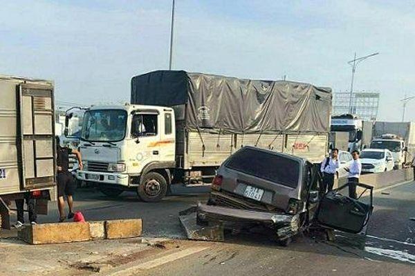 Đồng Nai: Xe ô tô mất lái cày nát dải phân cách, giao thông ùn tắc
