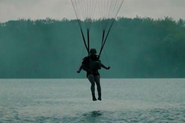 Đặc nhiệm Mỹ luyện đòn độc với màn nhảy dù xuống nước