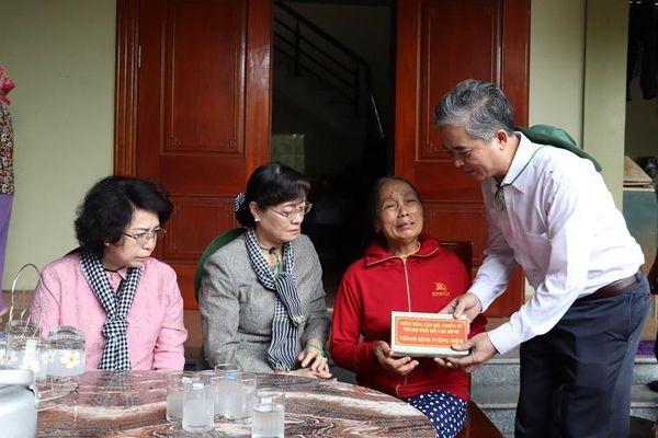 Đoàn đại biểu Quốc hội TP.HCM hỗ trợ 2,2 tỉ cho Nghệ An