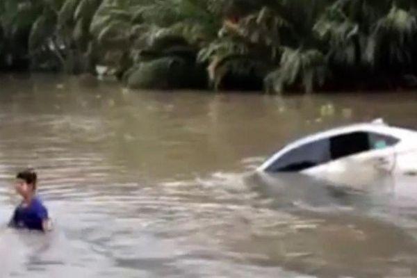 Tài xế may mắn thoát chết khi ô tô rơi xuống sông