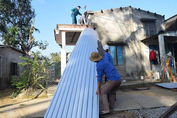 Lợp nhà cho người dân vùng bão