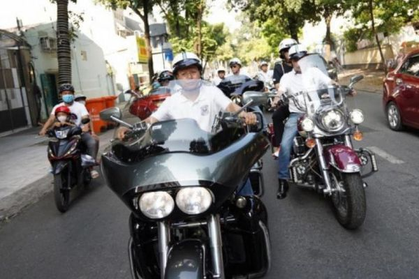 Hàng trăm xế 'khủng' bất ngờ hội tụ trên đường phố Sài Gòn