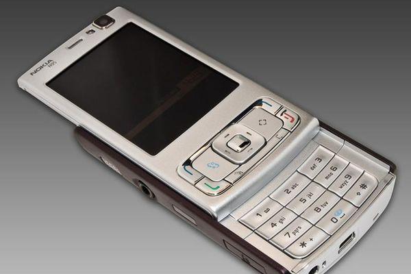 Nhìn lại những 'chú dế sừng sỏ' từng bị iPhone đời đầu... hạ gục