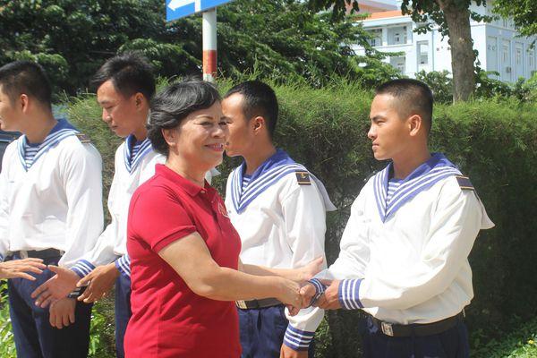Phu nhân nguyên Chủ tịch nước Trương Tấn Sang trao tặng áo phao cho chiến sĩ nhà giàn DK1