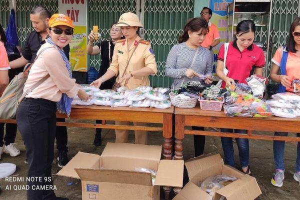Hoa hậu Amy Lê Anh cùng đoàn Sen Vàng Yêu Thương ra miền Trung phát quà cứu trợ