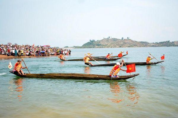 Hội đua thuyền độc mộc trên sông Pô Kô