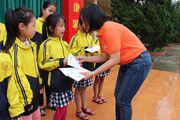 Báo Khánh Hòa trao hỗ trợ của bạn đọc tới người dân và các trường học tại Quảng Trị