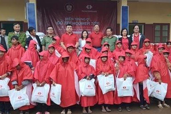 Tặng quà cho nhân dân miền Trung bị thiệt hại do lũ lụt
