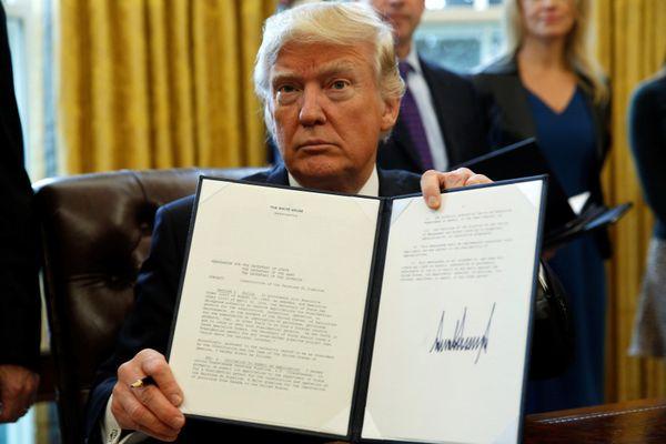 Chính phủ Trump chạy đua để bảo vệ di sản chính sách