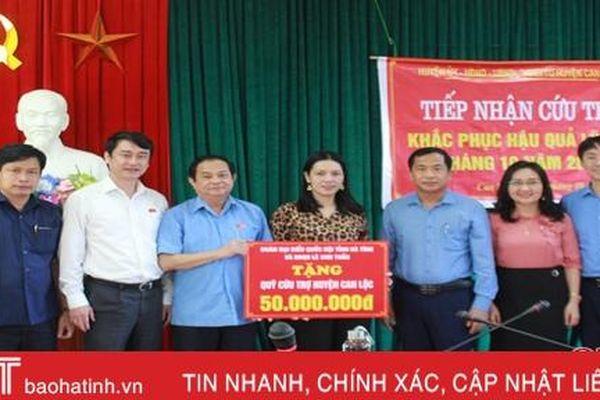 Đoàn ĐBQH tỉnh Hà Tĩnh tặng quà cho các gia đình bị ảnh hưởng lũ lụt