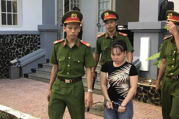 Cô gái trẻ bật khóc khi lĩnh án 9 năm tù về tội Mua bán người