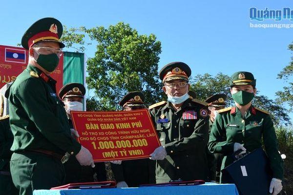 Bộ CHQS tỉnh hỗ trợ tiền xây dựng công trình hữu nghị cho Bộ CHQS tỉnh Champasak (Lào)