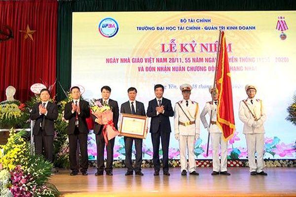 Trường Đại học Tài chính - Quản trị kinh doanh đón nhận Huân chương Độc lập hạng Nhất