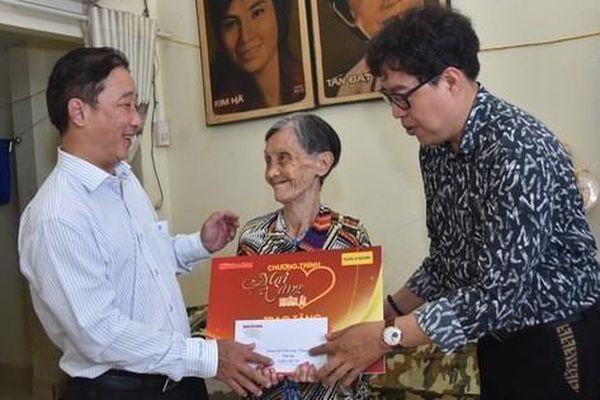 'Mai Vàng nhân ái' thăm hai nghệ sĩ Kim Hà và Tiến Dũng