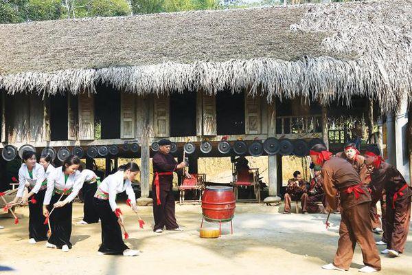Truyền thống và hiện đại - Sân khấu hóa và bảo tồn bản sắc văn hóa trong du lịch