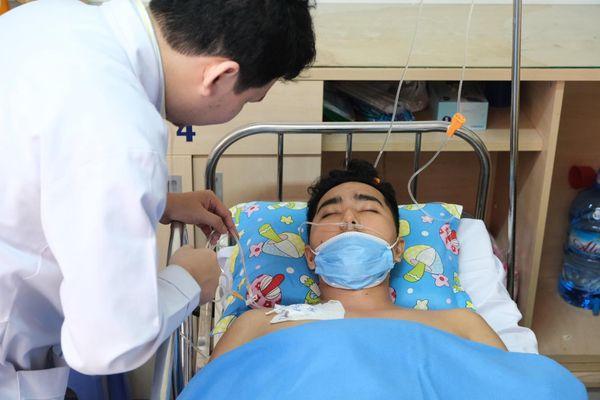 Thầy giáo nghèo đóng viện phí cho chàng trai mắc bệnh hiếm