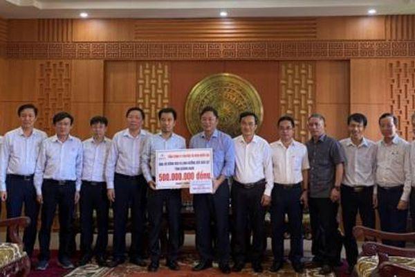 EVNNPT trao quà hỗ trợ người dân trong vùng lũ