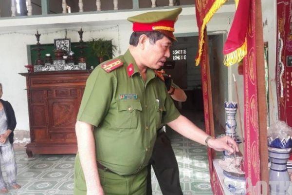Vợ trẻ khóc nghẹn bên bộ quân phục đại úy của chồng tử vong vì TNGT