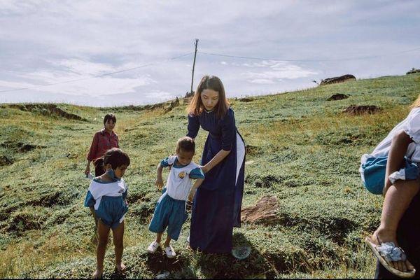 Bộ ảnh đẹp về hành trình thắp sáng ước mơ đến trường của các em nhỏ vùng cao