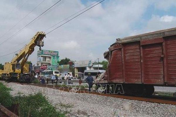 Tàu chở hàng trật bánh khiến 2 toa bị lật ở Hà Nam
