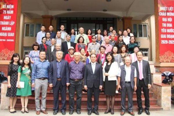 Thứ trưởng thường trực Bùi Thanh Sơn chúc mừng các thầy, cô giáo của Học viện Ngoại giao