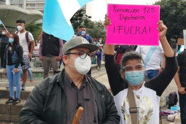 Người biểu tình Guatemala xông vào đốt phá tòa nhà quốc hội