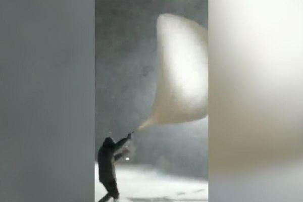 Người đàn ông suýt bị gió cuốn khi thả bóng thám không ở Trung Quốc
