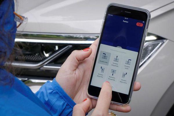 Xe Volkswagen có thể điều khiển đỗ từ xa bằng smartphone