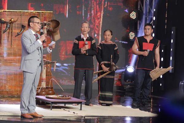 Hoa hậu Khánh Vân bắt đền H'Hen Niê vì bị ép uống rượu cần