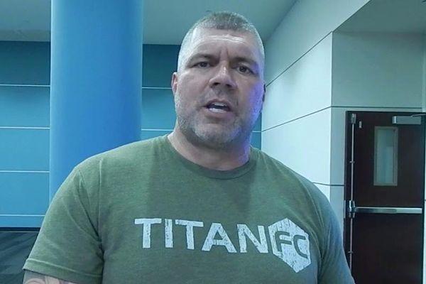 Giám đốc điều hành giải MMA ra mắt sàn đấu ở tuổi 49