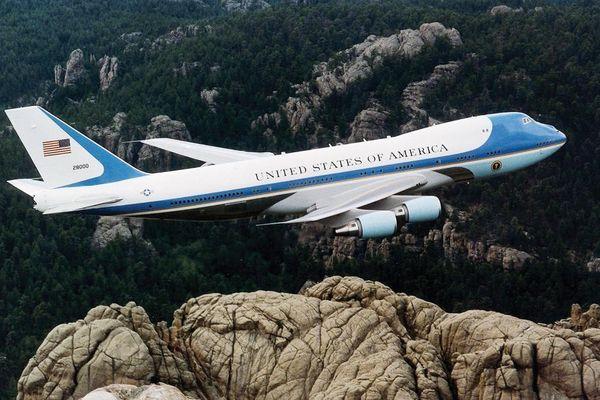 Vì sao 'pháo đài trên không' Air Force One của Tổng thống Mỹ có màu xanh?