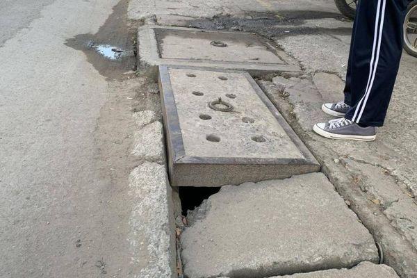 Còn nhiều hố ga 'bẫy người' đi đường ở các quận trung tâm TP.HCM