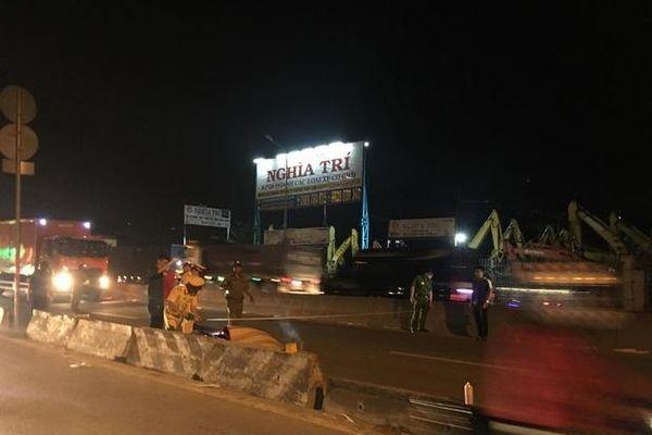 Tai nạn giao thông sáng 23/11: Thương tâm cảnh vợ vừa bế con nhỏ vừa ôm thi thể chồng sau va chạm với xe container