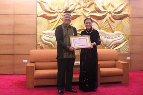 Trao Kỷ niệm chương 'Vì hòa bình, hữu nghị giữa các dân tộc' tặng Đại sứ Indonesia tại Việt Nam