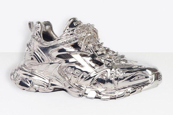 Balenciaga bị chê khi bán giày làm bằng đồng thau giá 5.750 USD