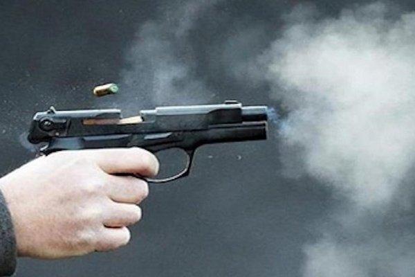 Mang súng đi trộm đồ, tên tội phạm vô tình…tự bắn vào chân mình