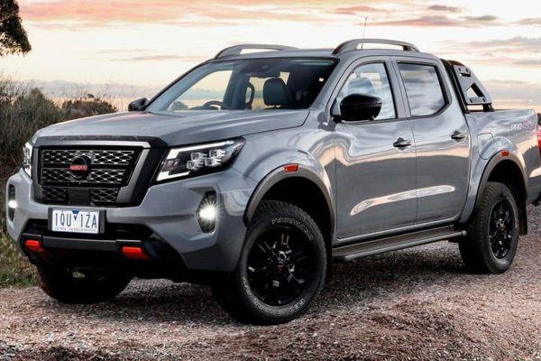 Ford Ranger 2021 cập bến Việt Nam, Nissan Navara giảm giá xả hàng tồn