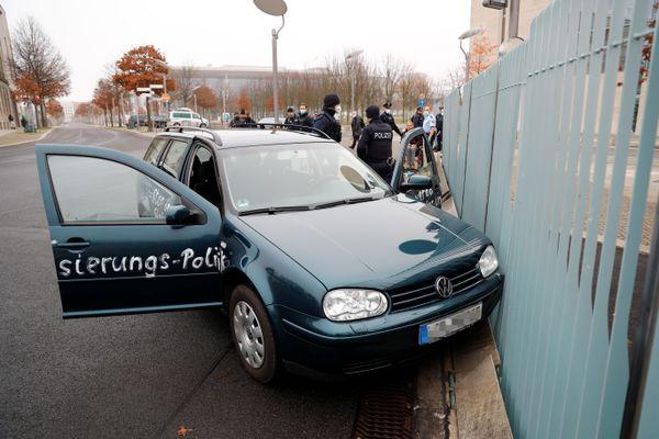 Ôtô tông vào cổng văn phòng của Thủ tướng Đức Angela Merkel