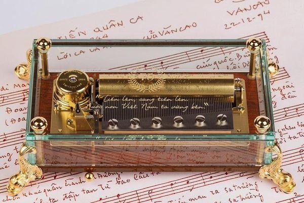 'Tiến quân ca' của nhạc sĩ Văn Cao xuất hiện trên hộp nhạc Thụy Sĩ