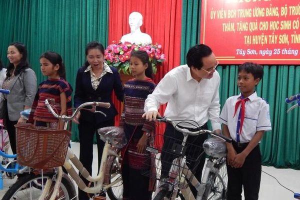 Bộ trưởng Phùng Xuân Nhạ động viên học sinh hoàn cảnh khó khăn tại Bình Định